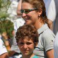 L'infante Elena d'Espagne et son fils Felipe à Majorque le 1er août 2011. Le 9 avril, le jeune Felipe s'est tiré une balle dans le pied droit en s'exerçant au tir avec son père Jaime de Marichalar, à Soria.