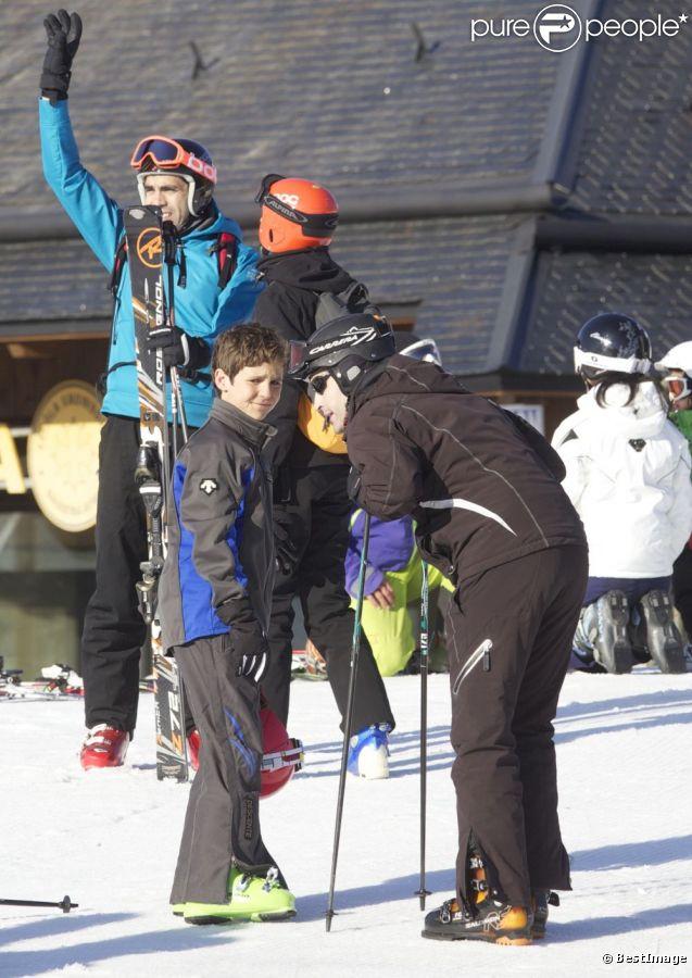 L'infante Elena d'Espagne dans la station de Baqueira-Beret avec ses enfants Felipe, 13 ans, et Victoria, 11 ans, le 1er avril 2012. Le 9 avril, le jeune Felipe s'est tiré une balle dans le pied droit en s'exerçant au tir avec son père Jaime de Marichalar, à Soria.