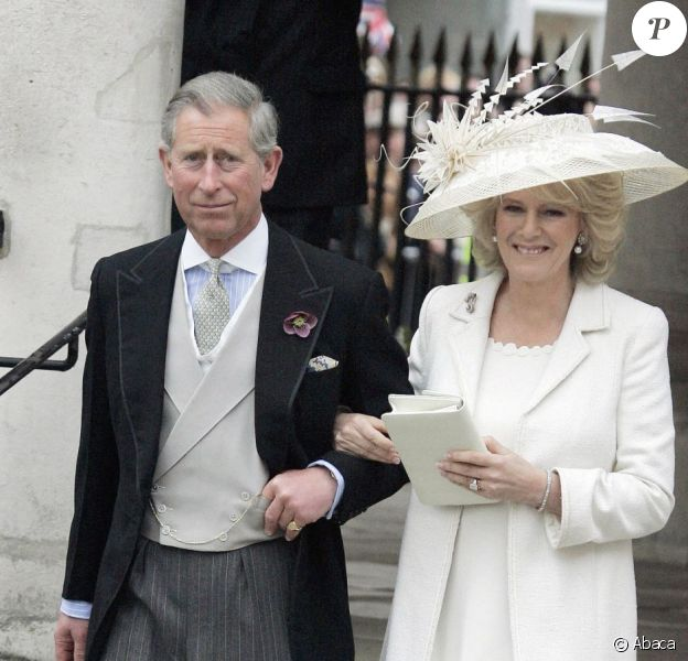 Le prince Charles et Camilla Parker Bowles le jour de leur mariage en secondes noces, le 9 avril 2005, à Windsor. 7 ans après jour pour jour, le 9 avril 2012, la reine Elizabeth II annonce qu'elle fait de Camilla une Dame grand-croix de l'ordre royal de Victoria.