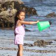 Nahla, fille d'Halle Berry, s'éclate avec sa maman et son compagnon Olivier Martinez sur la plage de Malibu le 7 avril 2012