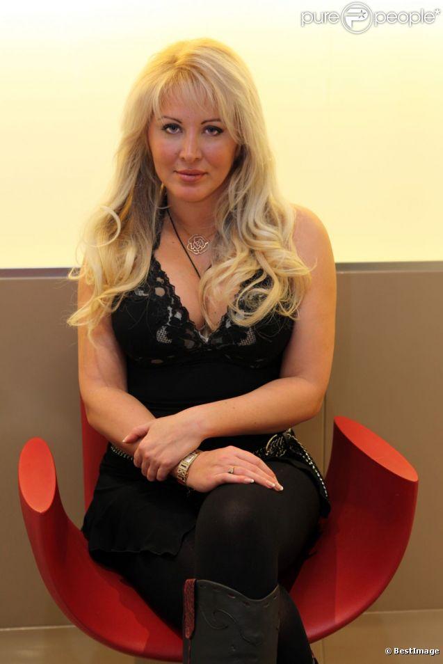 Loana pose chez le coiffeur, en compagnie d'Eryl Prayer, le 24 janvier 2012.