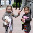 Sarah Jessica Parker et ses adorables jumelles Marion et Tabitha sont en route pour l'école. New York, le 10 avril 2012.