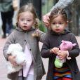 Marion et Tabitha, 2 ans, se rendent à l'école accompagnées de leur maman et d'une nounou. New York, le 10 avril 2012.