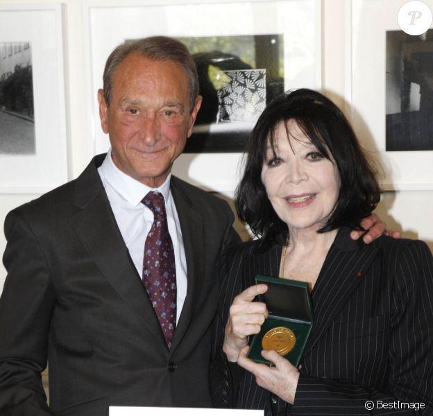 Bertrand Delanoë s'est fait une véritable joie de remettre la Médaille Grand Vermeil de la Ville de Paris à Juliette Gréco, jeudi 12 avril 2012.