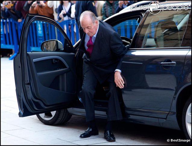 Le roi Juan Carlos le 8 avril 2012 à la messe de Pâques avait eu beaucoup de mal à sortir de sa voiture...