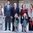 Le roi Juan Carlos en famille pour la messe de Pâques semblait déjà soufrant le 8 avril 2012