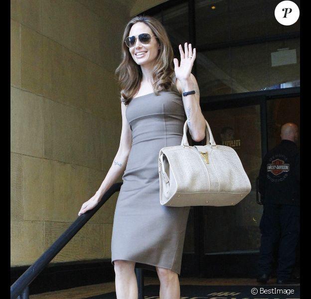 Angelina Jolie laisse apercevoir sa bague de fiançailles à la sortie de l'hôtel Roosevelt à Los Angeles, le 16 avril 2012.
