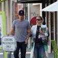 Drew Barrymore, enceinte, tente de cacher son ventre rond sous un improbable manteau, en compagnie de son fiancé Will Kopelman, le 20 avril 2012 à Beverly Hills