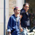 Très complices, Wilow Smith et sa maman Jada Pinkett-Smith font du shopping à Malibu le 21 avril 2012