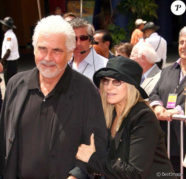 Barbra Streisand et son époux James Brolin, à Los Angeles, le 10 juillet 2010.