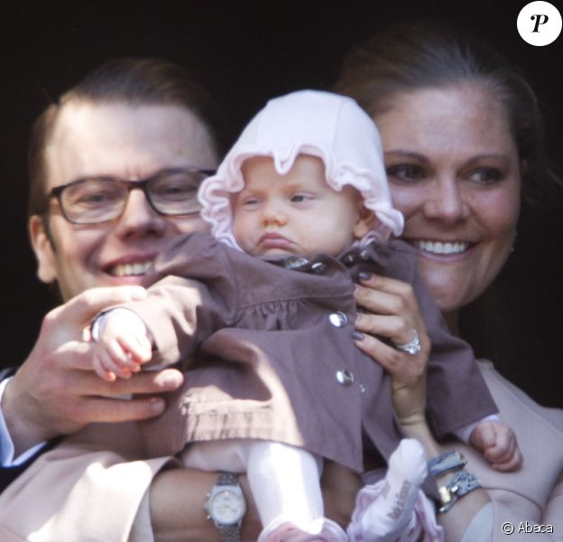 Première apparition officielle de la princesse Estelle ! Pour la célébration des 66 ans du roi Carl XVI Gustaf de Suède, le 30 avril 2012, la princesse Victoria et le prince Daniel ont présenté leur bébé de 2 mois, la princesse Estelle, au balcon du palais Drottningholm, à Stockholm.