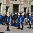 Après 12h et le salut aux canons de Skeppsholmen, le roi est descendu dans la cour extérieure du palais pour recevoir fleurs et dessins offerts par des enfants.   Pour la célébration des 66 ans du roi Carl XVI Gustaf de Suède, le 30 avril 2012, la princesse Victoria et le prince Daniel ont présenté leur bébé de 2 mois, la princesse Estelle, au balcon du palais Drottningholm, à Stockholm. C'était la première apparition officielle d'Estelle !