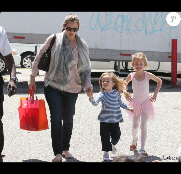 La jolie Jennifer Garner accompagne sa fille Violet à la danse, en compagnie de l'adorable Seraphina, le 28 avril 2012 à Santa Monica