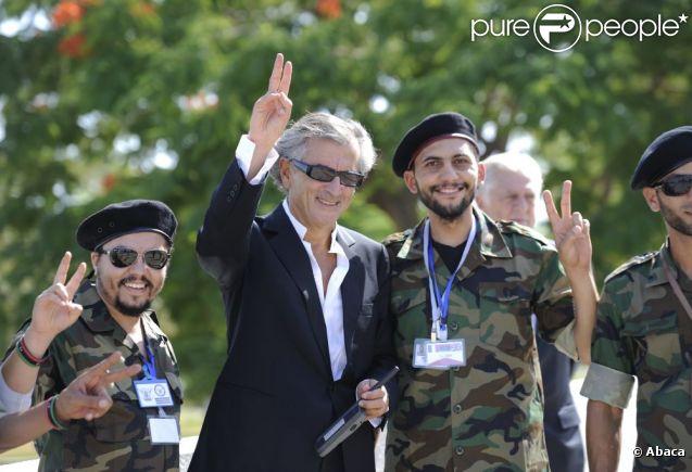 Bernard Henri Lévy posant avec des membres du Conseil national de transition de Libye le 15 septembre 2011