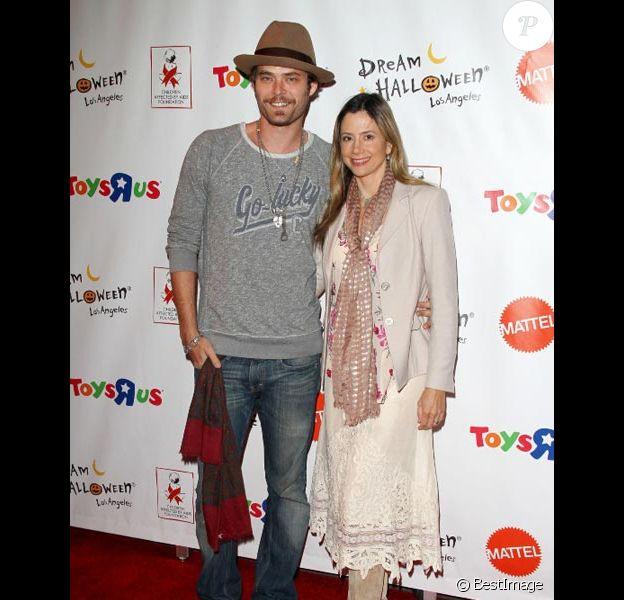 Mira Sorvino et son mari Christopher Backus posent lors d'une soirée caritative à Santa Monica en octobre 2011