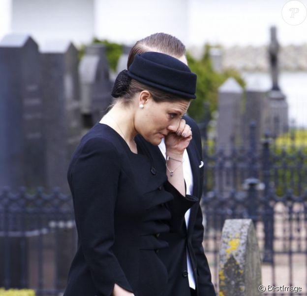 La princesse Victoria effondrée... Les obsèques du comte Carl Johan Bernadotte de Wisborg, mort le 5 mai 2012 à l'âge de 95 ans, ont eu lieu le 14 mai dans sa ville de Bastad (sud de la Suède). La princesse Victoria, pour l'une de ses rares obligations depuis qu'elle a accouché de la princesse Estelle, était en pleurs à l'issue de l'office, très marquée par la disparition de son grand-oncle...