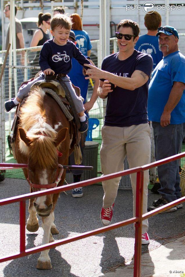 Johnny Knoxville emmène son fils Rocko faire du poney à Los Angeles le 29 avril 2012