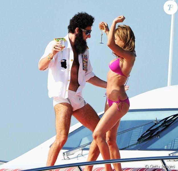 """Sacha Baron Cohen et sa """"bimbo"""" au festival de Cannes 2012."""