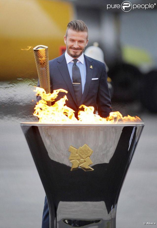 David Beckham a embrasé à la base d'aéronautique navale de Culdrose (Cornouailles) une vasque avec la flamme olympique rapportée d'Athènes par la délégation des JO de Londres 2012, vendredi 18 mai 2012.