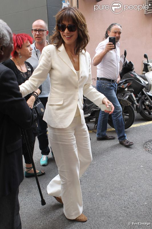Sophie Marceau, très élégante en blanc, se rend à un événement promo autour de son film Un bonheur n'arrive jamais seul, le samedi 19 mai 2012, à Cannes, durant le 65e Festival international du film.