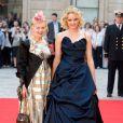 Le top Lily Cole, qui a posé au côté de Vivienne Westwood, avait osé le diadème.   La reine Elizabeth II avait rendez-vous avec des centaines de personnalités britanniques majeures du monde des arts, le 23 mai 2012 à la Royal Academy of Arts de Londres, dans le cadre de son jubilé de diamant. Remise de prix à des étudiants, compliments en pagaille et bonne humeur étaient au programme de Sa Majesté.