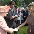 Première garden party à Buckingham Palace du jubilé de diamant de la reine Elizabeth II, le 22 mai 2012. La souveraine a notamment rencontré la journaliste télé américaine Katie Couric, qui a réalisé un portrait d'elle.
