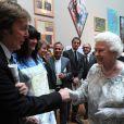 Sir Paul McCartney et sa femme Nancy Shevell face à la reine Elizabeth II. L'ex-Beatle ne se lasse pas de rencontrer la souveraine.   Elizabeth II avait rendez-vous avec des centaines de personnalités britanniques majeures du monde des arts, le 23 mai 2012 à la Royal Academy of Arts de Londres, dans le cadre de son jubilé de diamant. Remise de prix à des étudiants, compliments en pagaille et bonne humeur étaient au programme de Sa Majesté.