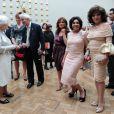 Dame Shirley Bassey et Joan Collins attendent leur tour pour pouvoir approcher la reine...   Elizabeth II avait rendez-vous avec des centaines de personnalités britanniques majeures du monde des arts, le 23 mai 2012 à la Royal Academy of Arts de Londres, dans le cadre de son jubilé de diamant. Remise de prix à des étudiants, compliments en pagaille et bonne humeur étaient au programme de Sa Majesté.