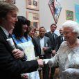 Sir Paul McCartney n'en est pas à sa première rencontre avec la reine, mais ne se lasse pas. Elizabeth II avait rendez-vous avec des centaines de personnalités britanniques majeures du monde des arts, le 23 mai 2012 à la Royal Academy of Arts de Londres, dans le cadre de son jubilé de diamant. Remise de prix à des étudiants, compliments en pagaille et bonne humeur étaient au programme de Sa Majesté.
