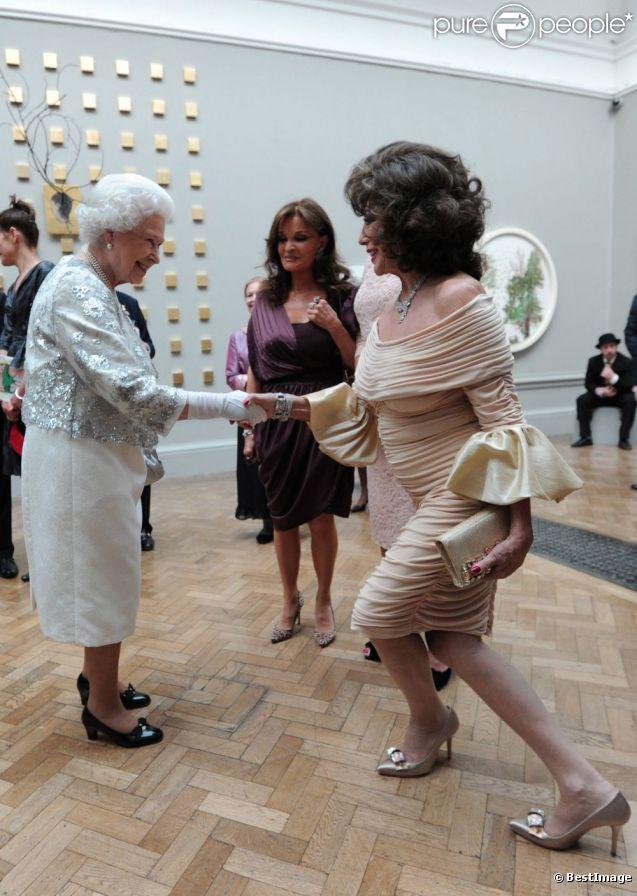 L'art de la révérence n'est pas évident, n'est-ce pas Joan Collins ? Elizabeth II avait rendez-vous avec des centaines de personnalités britanniques majeures du monde des arts, le 23 mai 2012 à la Royal Academy of Arts de Londres, dans le cadre de son jubilé de diamant. Remise de prix à des étudiants, compliments en pagaille et bonne humeur étaient au programme de Sa Majesté.