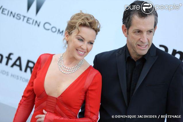 """Kylie Minogue accueillie par Kenneth Cole à son arrivée au gala de l'amfAR """"Cinema Against Aids"""", à l'Eden Roc du Cap d'Antibes, le 24 mai 2012."""