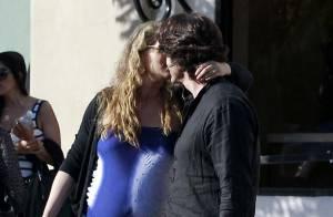 Elizabeth Berkley, bien enceinte, couvre de baisers son mari en pleine rue