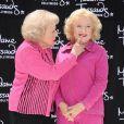 Bluffée, Betty White découvre son double de cire, au musée de Madame Tussaud à Hollywood, le 4 juin 2012