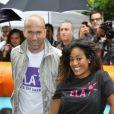 """""""Zinédine Zidane et Amel Bent le 7 juin 2012 lors d'une journée de mobilisation organisée par ELA dans les rues de Paris près du Parc Monceau"""""""