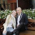 Sarah Marshall et Jean-Claude Jitrois. Malgré la météo peu amène, les people étaient nombreux au rendez-vous de la finale féminine de Roland-Garros, samedi 9 juin 2012, pour assister au premier sacre à Paris de Maria Sharapova.
