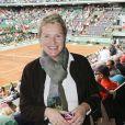Elise Lucet. Malgré la météo peu amène, les people étaient nombreux au rendez-vous de la finale féminine de Roland-Garros, samedi 9 juin 2012, pour assister au premier sacre à Paris de Maria Sharapova.