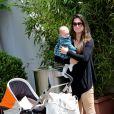 Mariana Kuerten et sa fille de 4 mois Maria Augusta. Les people étaient nombreux au rendez-vous de la finale féminine de Roland-Garros, samedi 9 juin 2012, pour assister au premier sacre à Paris de Maria Sharapova.