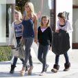 Shauna Sand se rend dans un magasin Armani, le jeudi 14 juin, à Los Angeles, en compagnie de ses trois filles.