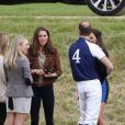 Kate Middleton, duchesse de Cambridge, assiste avec son chien Lupo à un match caritatif de polo auquel les princes William et Harry participent, à Westonbirt, le 17 juin 2012. Kate félicite son mari le prince William