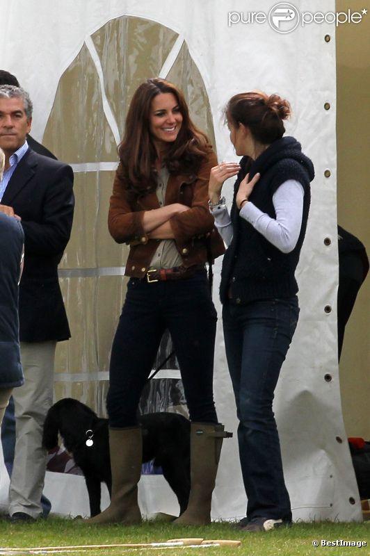 La ravissante Kate Middleton, duchesse de Cambridge, assiste avec son chien Lupo à un match caritatif de polo auquel les princes William et Harry participent, à Westonbirt, le 17 juin 2012