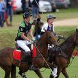 Les princes William et Harry participent à un match de polo, à Westonbirt, le 17 juin 2012