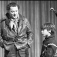 Coluche et son fils Romain à Paris en 1980.