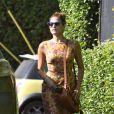 Eva Mendes dans les rues de Los Angeles et fidèle à son look rétro. La star a décidé de s'offrir des fleurs pour habiller son intérieur. Le 19 juin 2012
