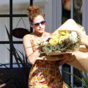 Eva Mendes : Look rétro et immense bouquet de fleurs, l'actrice est aux anges