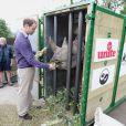 Face à un rhinocéros, le Prince William visite le parc Animalier Port Lympne Wild à Port Lympne le 6 juin 2012