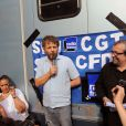 Stéphane Guillon et Didier Porte manifestent devant France Inter après s'être fait virer par la direction, le 1er juillet 2010.