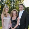 Lara Stone et son mari David Walliams entourent Caroline Gruosi Scheufele - coprésidente et directrice artistique de Chopard - lors du 14e White Tie and Tiara Ball, organisé par Elton John, David Furnish et Chopard, à Old Windsor, le 28 juin 2012.