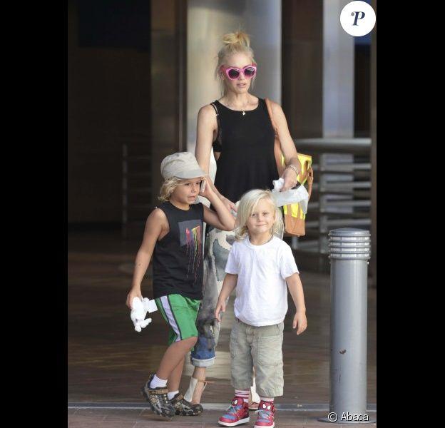 Gwen Stefani et ses deux enfants, Kingston, six ans, et Zuma, trois ans, accompagnés de leur nounou au parc Universal Studios à Los Angeles, le samedi 30 juin 2012.