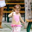 Alessandra Ambrosio café et téléphone à la main, profite d'une journée de repos avec sa fille Anja. Malibu, le 6 juillet 2012.