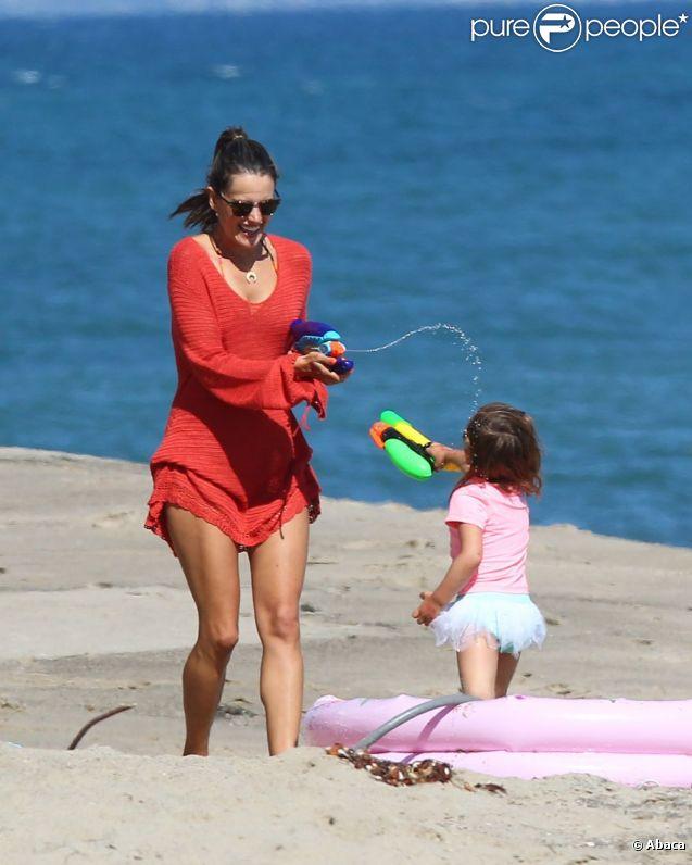 Alessandra Ambrosio retombe en enfance durant une bataille de pistolets à eau avec sa fille Anja. Malibu, le 6 juillet 2012.